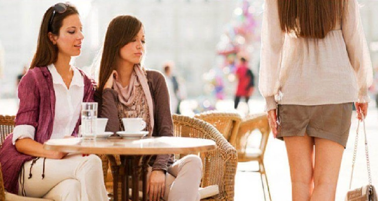 Две девушки за столом, зависть, на проходящую девушку
