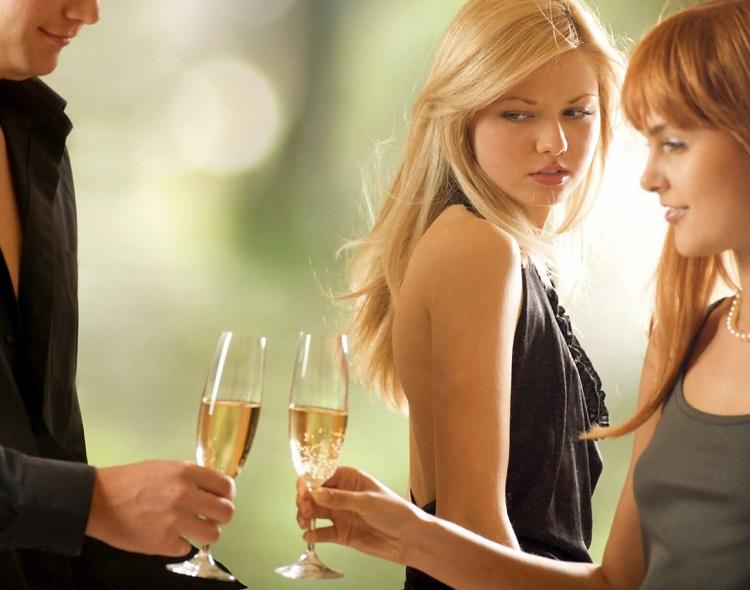 Блондинка с завистью смотрит на влюблённую пару
