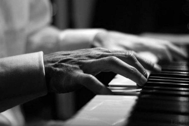 Мужские руки на клавишах рояля