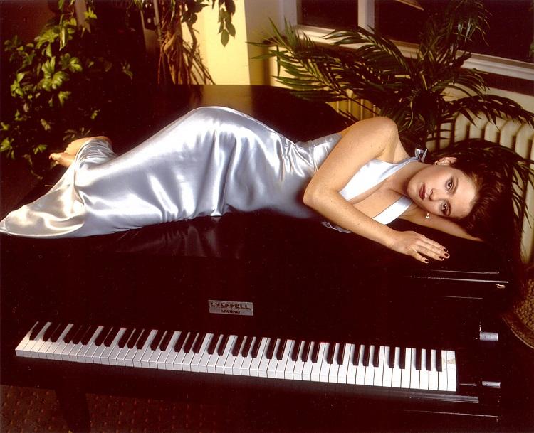 Женщина на рояле