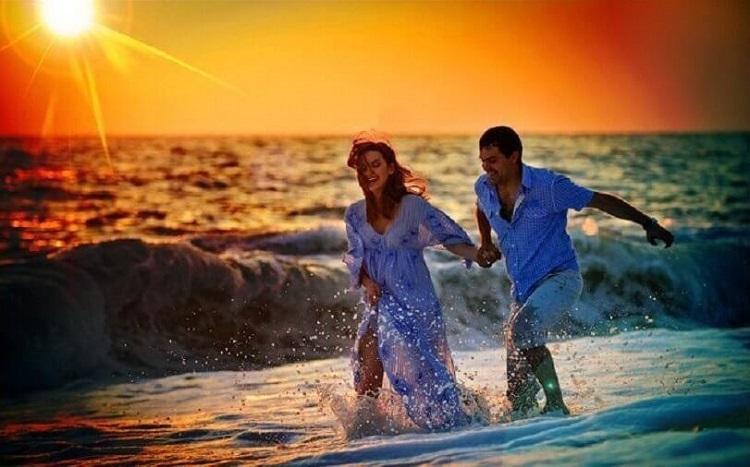 Закат, океан, пара влюблённых