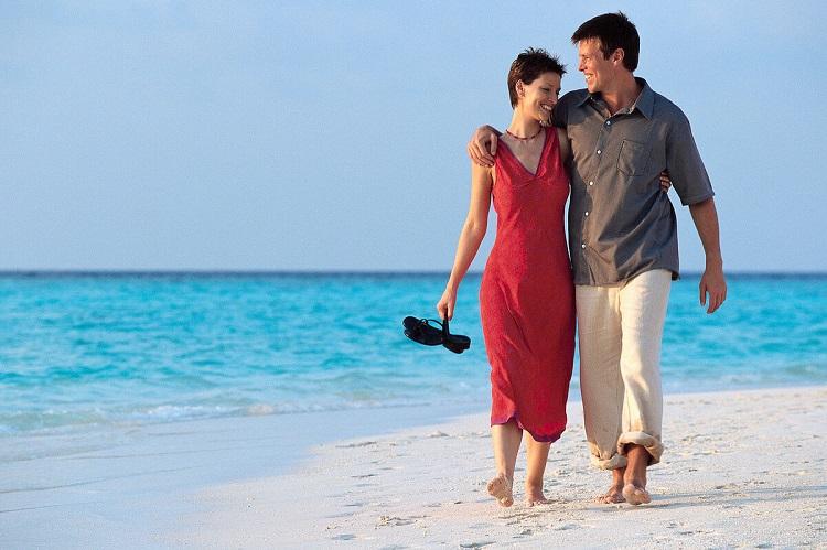 Море, берег, влюблённая пара, прогулка