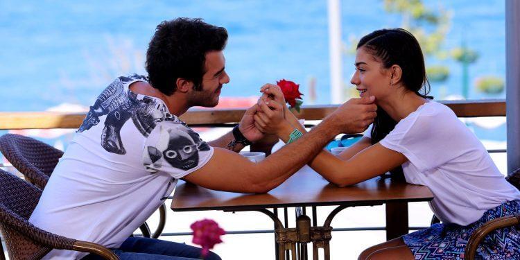 Влюблённая пара на берегу моря
