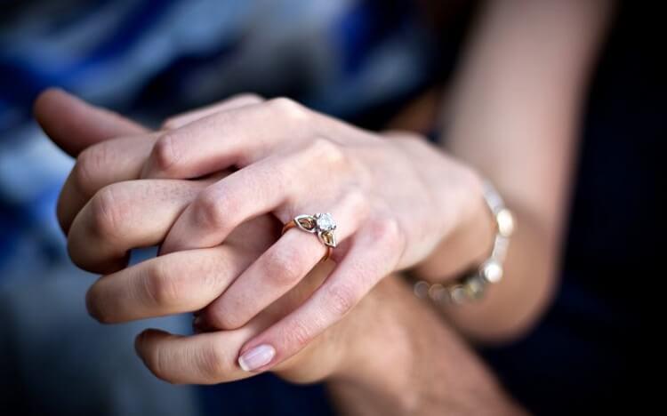 Руки мужчины и женщины