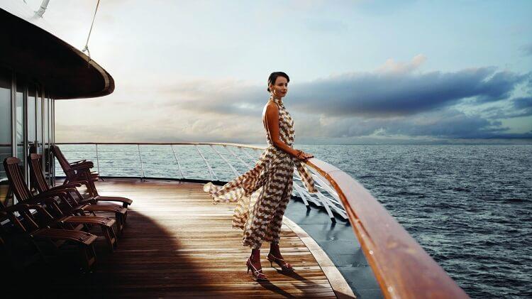 Девушка на террасе у моря