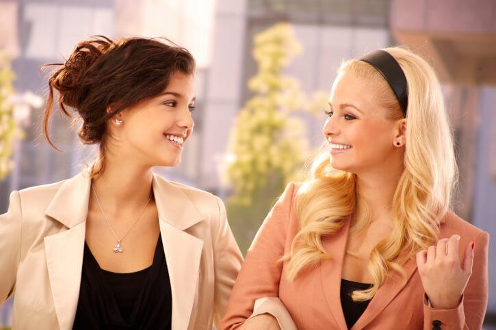 Беседа двух женщин
