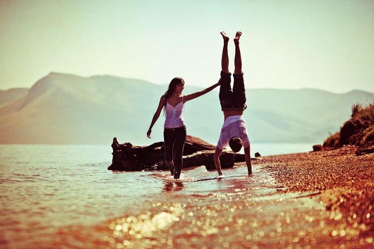 Влюблённые на берегу моря
