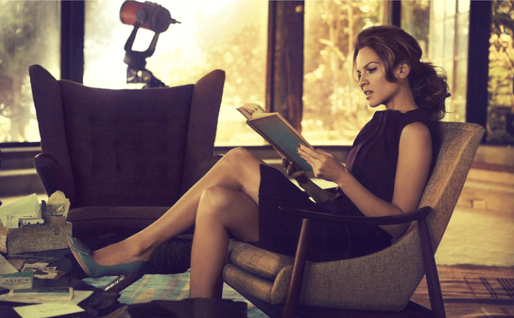 Молодая женщина за чтением