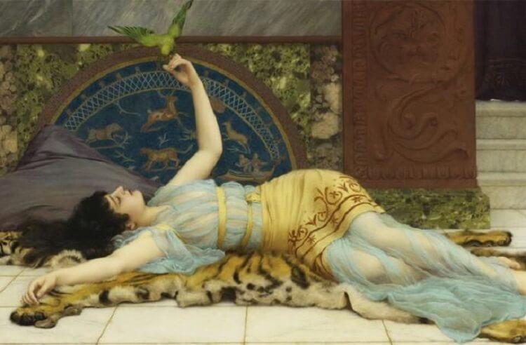 Девушка лежит на шкуре тигра